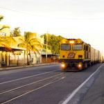 Februar 2017: Güterzug auf der Hauptstrasse von Rockhampton, Australien  (Aufnahme vom April 1999).