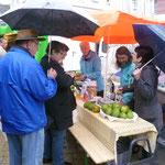 Die Mitarbeiterinnen des Weltladens Biberach verkaufen Mangos auf dem Wochenmarkt