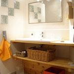 salle de bain attenante - grande vasque avec mitigeur - douche à l'italienne - sèche-serviettes