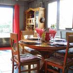 entrée et partie salle à manger - large porte d'entrée donnant sur le balcon/terrasse extérieur