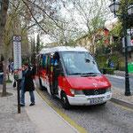 グラナダのバスはちっちゃい。坂の上に行くと、これでもギリギリな道があります。