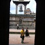 旧王宮出口の向こうには鐘が。