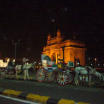 インド門の前にはいつものように、馬車の列が並んでいます。