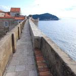 城壁の向こう側は海。