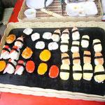 ついでにこれ。中学校前の屋台で売っていたお寿司です。作り物と思ったら本物でした。