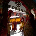 「前に行って写真を撮っていいですよ」と。ネパールの僧侶は寛大です。