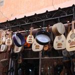 スークの楽器屋さん。