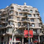 バルセロナに着いて地下鉄の駅を出たらいきなり出現した、カーサ・ミラ。