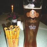 黒ビールおいしい~。そしてプリュッツェル!塩味が効いていて大人の味わい。