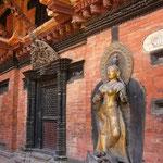 扉をはさんで美しい金色の像が2体ありました。