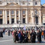 さあ、今日は日曜日。法王に会える日ですよ。みんな記念写真を撮ったりして楽しそう。