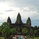 カンボジア/アンコールワット。さすがの迫力です。そして想像していたよりもゼンゼン大きい!。