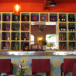 うちのバー、GOGO Cafe。戦争当時からあったと思われる60年代調の内装。