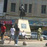 バハール・ガンジの像が建っている広場。彼は南アで弁護士をしていたことがあります。