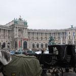 宮殿の前にも馬車が並びます。
