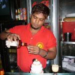 毎日通ったレオポルド・カフェ2Fのバー。うちのバーテンダーです。かなりのテーブル数ですが、彼が全部のお酒を作っています。