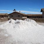次は塩工場。塩湖から運んできた塩を。