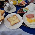 トースト、目玉焼き、ハム。ヨーグルトとフレークスも。美味しい朝ごはんでした。