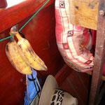 この、ちょっとだけ見えるヘンな柄の座布団。これをみんな抱えて乗ってきました。左はお弁当に付いていたバナナ。甘くておいしい。