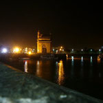 夜のインド門は、たくさん人がいるけど静か。観光用の馬車が通る、蹄の音が響きます。。。
