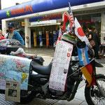 バイクで世界一周中、ギネスに申請中。ってことが書いてあるみたい。すでに日本も縦断していました。