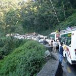 絶壁の道が大渋滞。いろは坂状態です。