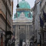 角を曲がると、見えました。ホーフブルン宮殿です。