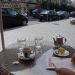 街角のカフェでひと休み。もちろんミント・ティー。