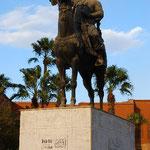 十字軍を蹴散らした有名なスルタンの像です。
