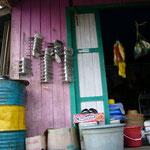 コンビニ。日用品の他に、椰子の実とかボートのプロペラとかも売っています。