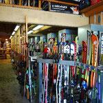 ケーブル乗り場の向かいでスキーを借ります。