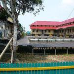 中学校の校庭も木の床です。