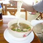 のりのりはチキンヌードル。麺はビーフン。透明な太麺です。