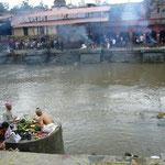 ここは火葬場。あの煙は。。。燃えています。こちら岸で祈りを奉げている人は法事を行っているのだそうです。