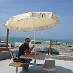 ビーチで一番おしゃれなカフェ。それはMac。お金持ちそうな皆さんが車で乗り付けていました。