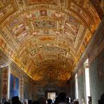 ここは地図の間。壁いっぱいの地図と天井いっぱいの絵が素晴らしくきれい。