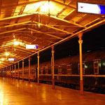 夜のスィルケジ駅。ここにあるホールでスーフィー・ダンスが上演されます。