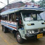今日は乗り合いバスで移動。お客さんが集まったら適宜出発のようです。ローカルの人は10B、観光客は20B、学生さんは5B払っていました。