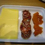 チーズとカラスミとチョリソ。カヴァによく合います。