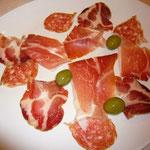 やっぱりイタリアではイタリア料理だよね~。3種類のハムを盛り合わせてもらって食べます。