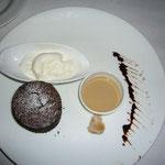 デザートはフォンダン・ショコラ。満腹です!
