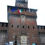 ミラノを発つ日。半日ツアーに参加しました。まずはビスコンティ家のお城から。