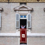 皆さん、よくいらっしゃいました!イエ~イ!!大歓声の中、みんなで法王の祝福を受けます。