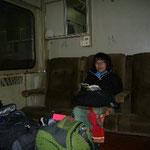 列車の中は広々~。このスペースをふたりで独占。