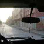 ホテルの4×4に乗り換えて砂漠の村、メルズーガを目指します。中ほどまでは舗装された道です。
