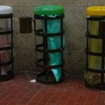 駅にあるゴミ箱。ど~してこ~ゆ~面倒なことするんだろうね~。緑色のゴミ袋が品切れたらどうするんだろうね~。袋が見えないようにしておけば何色でもいいんじゃないかな~?ヘンなところに情熱を傾けるイタリア人。。。