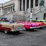 旧国会議事堂の前にはアメ車がずらり。キューバ革命以前にアメリカから輸入されたものです。