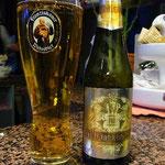 トリノのレストランは8時から。それまでバールでビールを飲んで待ちます。
