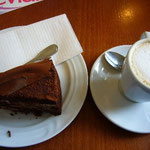 プラハ城内のカフェでケーキを食べました。