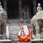 ヴィシュワナート寺院の前には象、修行中の人かと思いきや、「お金ちょーだい!」と言われちゃった。。。